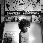Libera devant la table de montage d'IRL et l'affiche des journées libertaires