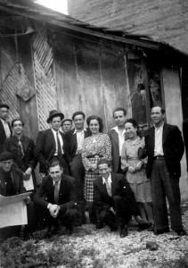 """Mon père (devant à gauche agenouillé, devant """"la barraca"""" avec les copains"""